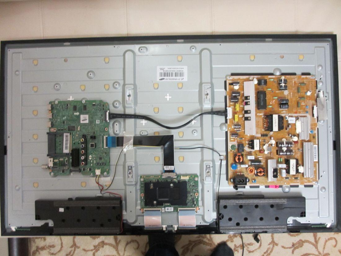 Samsung le-32c550 и его собрат самсунг le-32c550j1w это телевизор с большим плоским жидкокристаллическим черным экраном на красивой крепкой прозрачной акриловой поставке